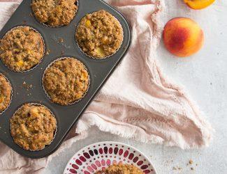 Muffins à l'avoine, pêches et érable